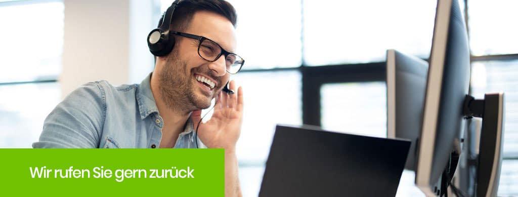 Ein Empfangsmitarbeiter führt ein Gespräch mit einem Kunden