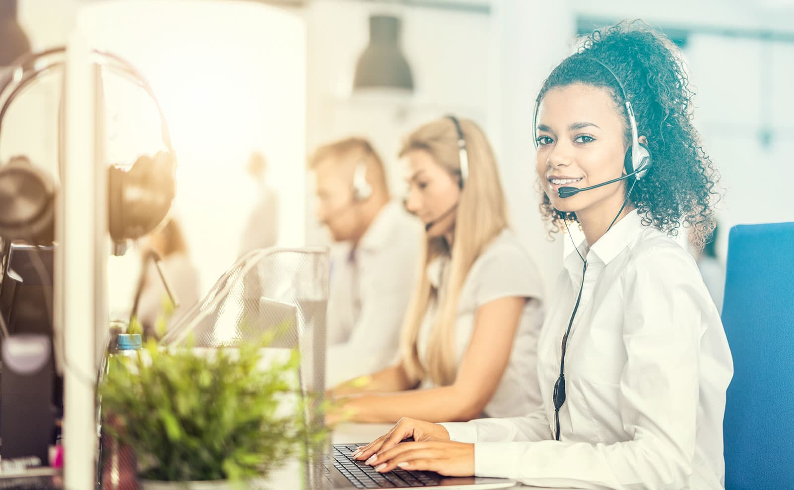 Service Mitarbeiterin einer E-Commerce Agentur betreut einen Kunden
