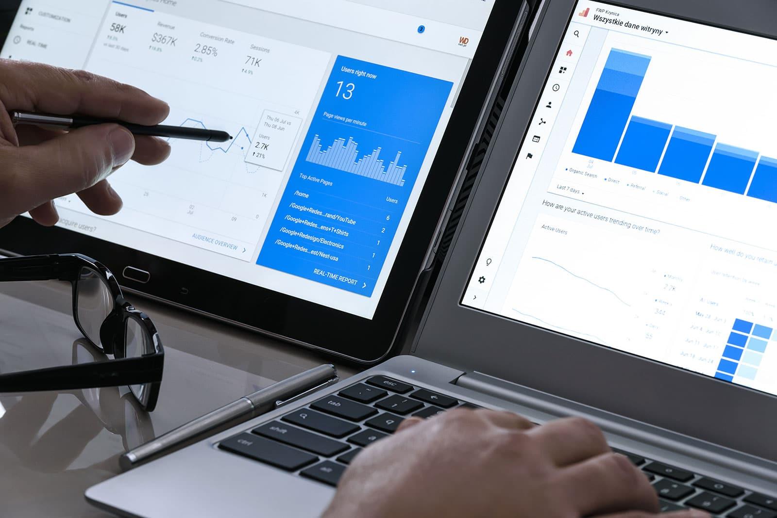 Auf einem Tablet und einem Laptop werden die Onpage Daten dargestellt